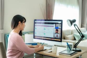 vista-posterior-mujer-negocios-asiatica-hablando-sus-colegas-sobre-plan-video-conferencia
